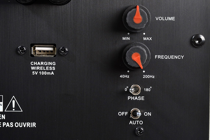 """Der Regler VOLUME sollte auf """"12 Uhr"""" gestellt werden. Sollte der Subwoofer zu leise oder zu laut spielen, kann der Pegel hier nach Geschmack verändert werden. FREQUENCY sollte auf 200 Hz gestellt werden, damit alle Tieftoninformationen auf einer DVD/Blu-ray wiedergegeben werden. PHASE 0 sollte bleiben, wenn ein 5.1-Lautsprechersystem angeschlossen ist. Der Regler für OFF schaltet den Subwoofer aus. ON ist ein. AUTO schaltet den Subwoofer nur dann ein, wenn ein Tieftonsignal vom AV/Receiver zugespielt wird, ansonsten bleibt er im Stand by.  Foto: Michael B. Rehders"""