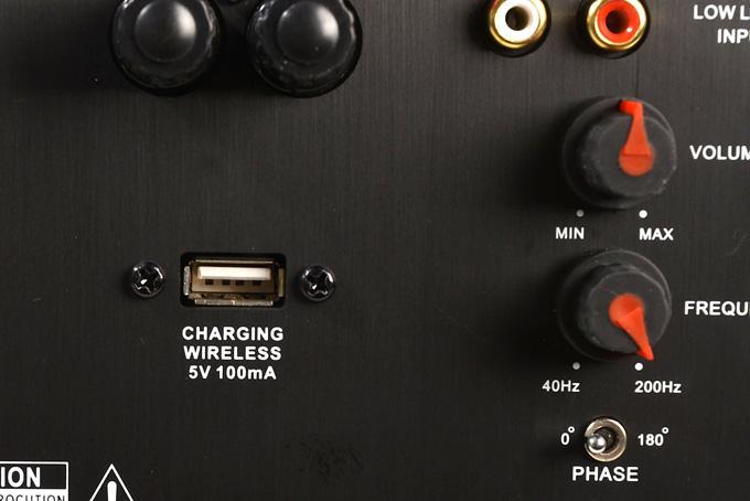 Der USB-Port am ASW AS412 nennt sich CHARING WIRELESS. Foto: Michael B. Rehders