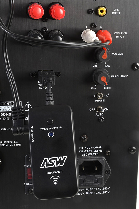 Anschließend wird das beiliegende Kabel aus dem Wireless-Set genutzt, um den Signalempfänger (Receiver) mit dem LOW LEVEL INPUT am Subwoofer zu verbinden. Danach muss nur noch der Knopf CODE PARING auf dem Signalempfänger (Receiver) für 3 Sekunden gedrückt werden – und schon synchronisieren sich Transmitter und Receiver. Foto: Michael B. Rehders