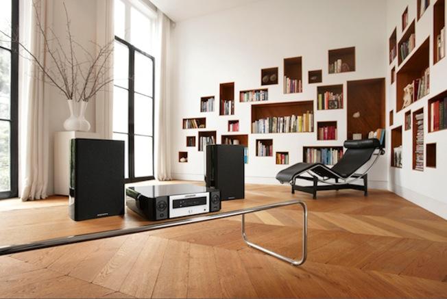 Die kompakte Marantz-Einheit muss lediglich mit einem Pärchen Lautsprecher verbunden werden und stellt tatsächlich ein komplettes HiFi-System.