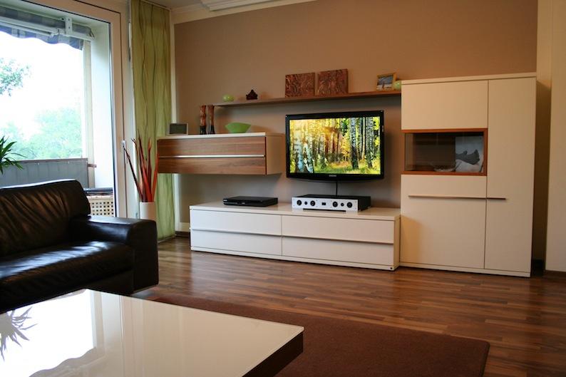 Dank seiner ultraflachen Form macht Quadrals Magique auch dann eine gute Figur, wenn der Flat-TV an der Wand hängt.