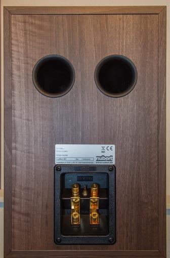 """Mithilfe der rückseitigen Bassreflex-Ports lässt sich die Bassintensität der nuBox 381 auf den eigenen Geschmack anpassen. Je näher die Box an der Rückwand steht, desto kräftiger der Bass. Ist weniger Bass gewünscht, gilt es einfach der Box ein wenig mehr """"Rückraum"""" zu gewähren."""