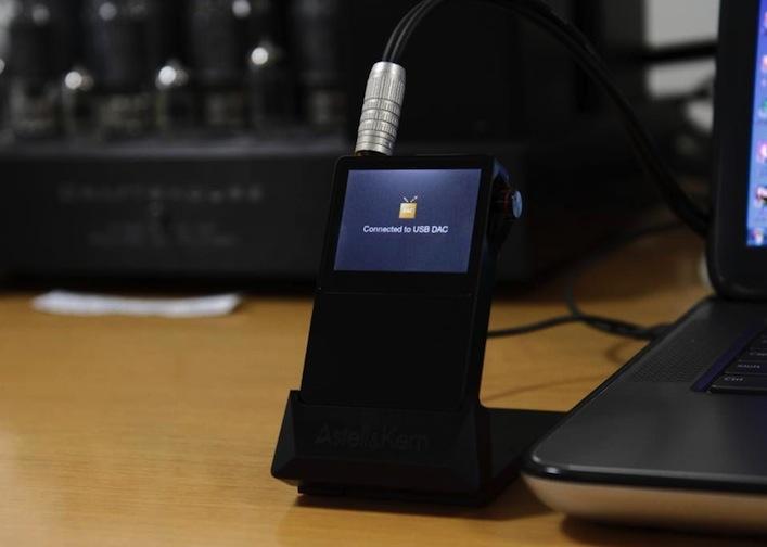 Sehr schick: der AK100 wird einfach in die optional erhältliche Dockingstation gestellt. Ist diese mit der HiFi-Anlage oder dem Rechner verbunden, steht dem Musikerlebnis nichts mehr im Wege.