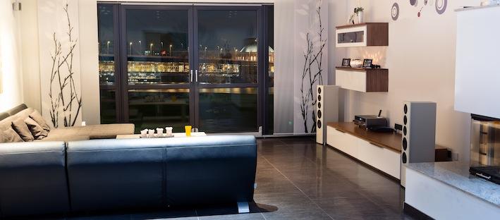 Während sich die geschwungenen Vorderseiten und abgerundeten rückseitigen Längskanten schlüssig ergänzen, stehen die hochglänzenden Metalliclack-Fronten  in einem spannenden Kontrast zu den samtig matten Nextel®-Oberflächen des Gehäuses. Somit bringen nuVero-Lautsprecher die besten Voraussetzungen mit, zum akustischen und optischen Highlight in jedem Wohnraum zu werden.