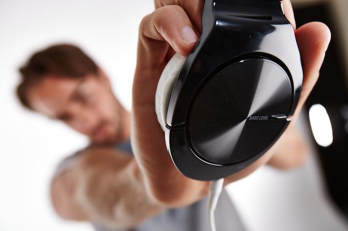 Mit dem 'Bass Tune'-Regler können Sie die Bassstärke direkt am Kopfhörer einstellen. Ein 30 mm Hoch/Mittelton- und ein 40 mm Tiefton-Treiber (mit einstellbarem Bass Tune-Regler) sorgen für eine klangtreue Beat-Wiedergabe.