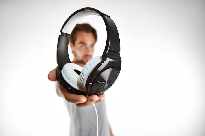 Der Kopfhörer SE-MJ751I sieht nicht nur gut aus – dank seinem geschlossenen System liefert er auch besonders kraftvolle Bässe.