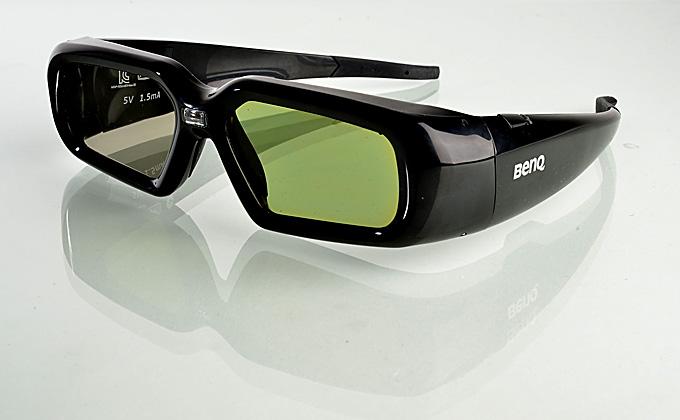 Die optional erhältliche 3D-Brille unterstützt Triple Flash (144 Hz). Sie macht den Rotblitz für den Zuschauer unsichtbar. Dieser Rotblitz wird vom Projektor im 3D-Modus erzeugt, um die Shutterbrille mit dem Projektor zu synchronisieren. Außerdem verfärbt der BenQ TH681 dunkle Bildinhalte nicht rötlich ein, wie es andere Projektoren oftmals bei 3D-Zuspielung tun. Selbst ohne 3D-Brille erscheint das Bild farbrichtig. Darüber hinaus finde ich die Shutterbrille recht bequem. Selbst nach längerem Filmgenuss drückt die Brille nicht auf der Nase. Foto: Michael B. Rehders