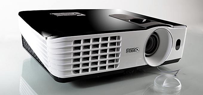 Der BenQ TH681 kommt im eleganten Gewand daher. Die Gehäusefarbe ist im klassischen Schwarz und Weiß, die Oberseite in Hochglanzoptik. Leicht zugänglich sind die praktischen Regler, um Zoom und Fokus einzustellen. Foto: Michael B. Rehders