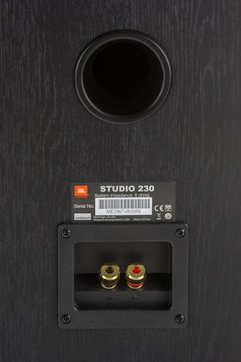 Das rückseitig platzierte Reflexport hilf der Studio 230 noch eine Etage tiefer in den Basskeller zu steigen.