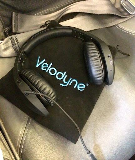 Im Flugzeug: Zum Lieferumfang des vQuiet gehört ein strapazierfähiger Tragebeutel, der den Kopfhörer vor Kratzern und sonstigen Beschädigungen schützt.