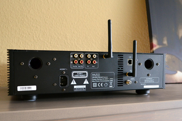 Auf der Rückseite gibt es zusätzlich Cinch-Ausgänge für ein Aufnahmegerät und einen weiteren Verstärker sowie Cinch-Eingänge für ein externes Gerät und einen Fernseher. Außerdem steht ein LAN-Anschluss zur Verfügung, falls die Drahtlos-Variante nicht gewünscht ist.