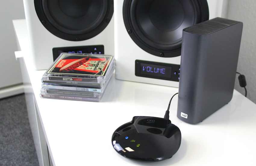 Raumsparer: Um ein HiFi-Setup aufzubauen, reicht QEDs uPlay Stream, ein Pärchen Aktivboxen sowie eine Quelle (hier NAS-Festplatte) auf der die eigene Musiksammlung gespeichert ist. Ist man Besitzer hochaufgelöster Audiotracks, spielt dieses Setup auf einem Niveau, von dem die CD nur träumen kann.