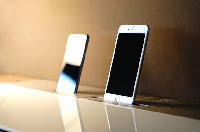 Sechs-Appeal: Spectral-Möbel mit Docking-Kit für iPhone 6