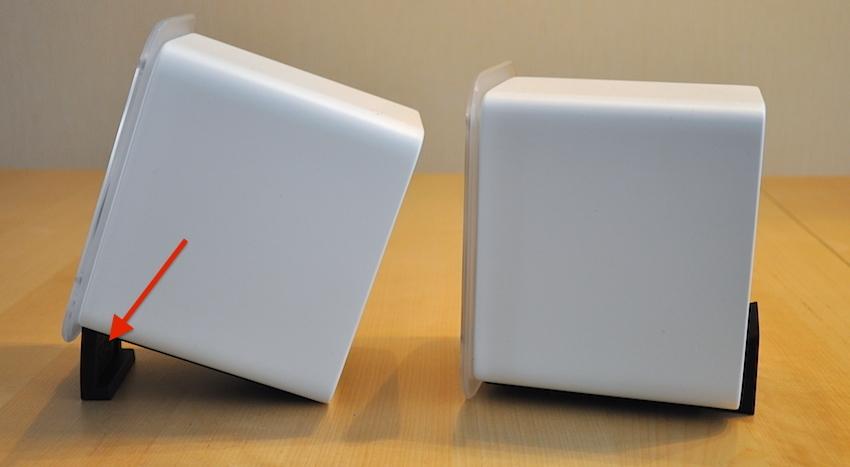 Mit Hilfe der kleinen und rutschfesten Tischfuß-Pads lässt sich der Neigungswinkel der Boxen individuell verändern. Sehr praktisch, um den perfekten Raumklang auszutüfteln.