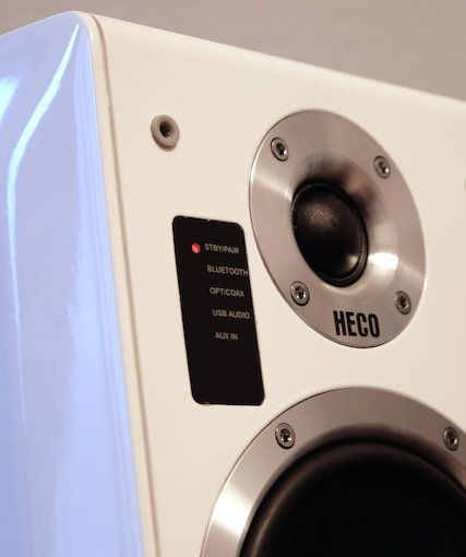 Die frontseitig platzierten LED-Indikatoren geben Auskunft über die gerade anliegende Audioquelle.