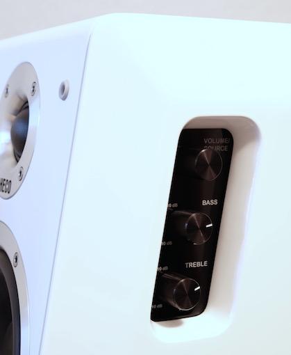 Leicht vertieft in der Masterbox finden sich drei griffige Drehregler für die Lautstärke- und Klanganpassung.