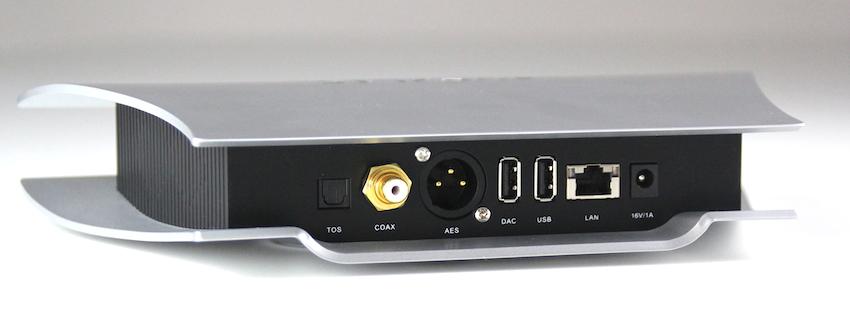 Seine Signale gibt der Aries LE ausschliesslich digital aus. Dazu stehen je ein AES-, optischer, koaxialer und USB-Digitalport zu Verfügung.