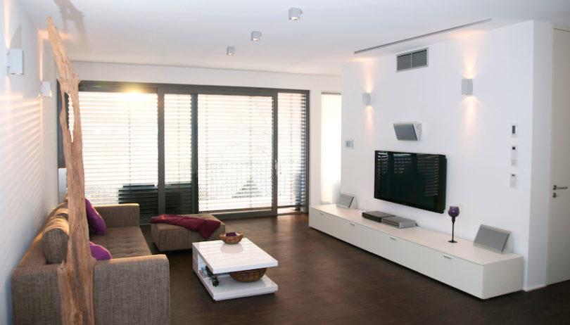 Vllig Unauffllig Untergebracht Tagsber Ist Nur Der LED Fernseher Zu Sehen Auf Knopfdruck Fhrt Dann Die Riesige Leinwand Aus Decke