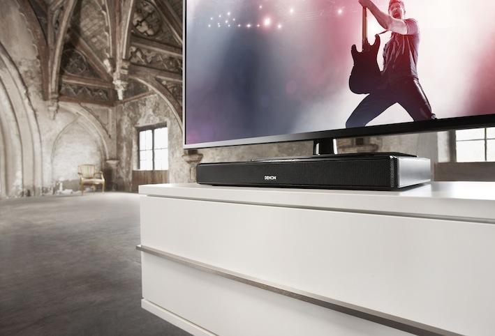 """Angefangen bei der praktischen Bauform, über die kinderleichte Installation und einfache Bedienung, bis hin zum beeindruckenden Klang, erfüllt der DHT-T100 alle Wünsche an einen modern konzeptionierten TV-Lautsprecher. Doch eigentlich ist er viel mehr, denn dank Bluetooth-Einbindung und seinem hochwertigen Zwei-Wege-System erweist sich dieses ultrakompakte Klanggenie auch als erstaunlich erwachsen klingendes HiFi-System. Der günstige Preis von 299,00 Euro und die von Denon angebotene Garantieerweiterung runden das gelungene Gesamtpaket ab und machen den DHT-T100 zum Tipp für Preisfüchse. <a href=""""https://www.lite-magazin.de/2013/12/test-denon-dht-t100-tv-lautsprecher-mit-heimkino-gen/"""">zu unserem Test</a>"""