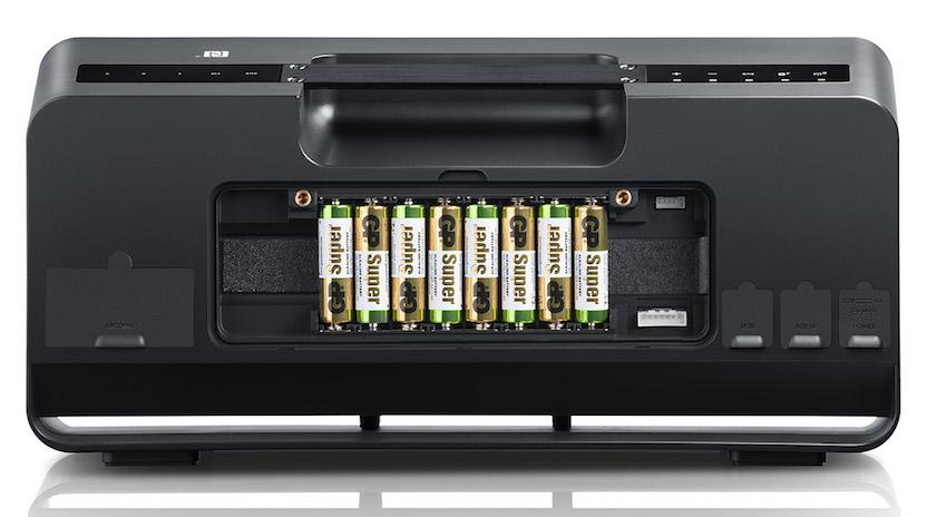 """Serienmässig ist der Boomster mit einem massiven Akkupack ausgestattet. Sollte dennoch unterwegs einmal """"der Saft"""" ausgehen, lässt sich die Akkueinheit schnell gegen herkömmliche AA-Batterien ersetzen."""