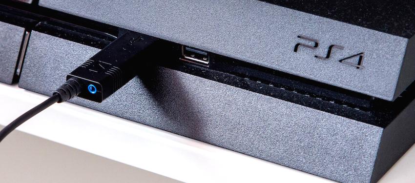 Mehr benötigt es nicht: Einfach den USB-Stecker des Sennheiser U320 in einen freien USB-Port der Konsole stecken und schon ist die Hardware-Installation durchgeführt.