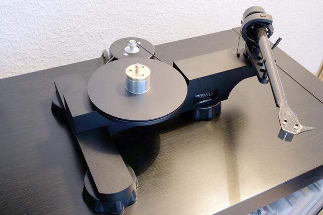 Mit abgenommenen Plattenteller kommt die ganze Schönheit der handwerklich absolut perfekt gearbeiteten Klang-Maschine voll zur Geltung.