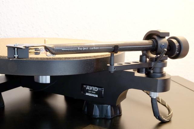 Der exzellente Pro-Ject 9cc Carbon-Tonarm passt von seinem technischen wie optischen Design perfekt zum AVID.