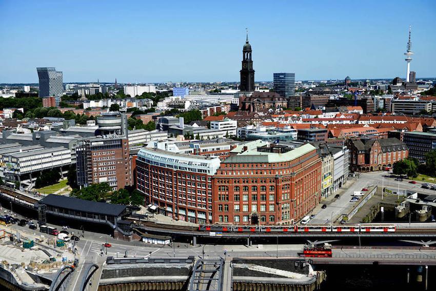 Diese Fotoaufnahme von Hamburg schoss ich aus der 21. Etage. Das Bild eignet sich vorzüglich zur Bewertung von Projektoren, weil es zahlreiche Details besitzt, welche die Stärken und Schwächen aktueller Projektoren sofort aufdeckt.