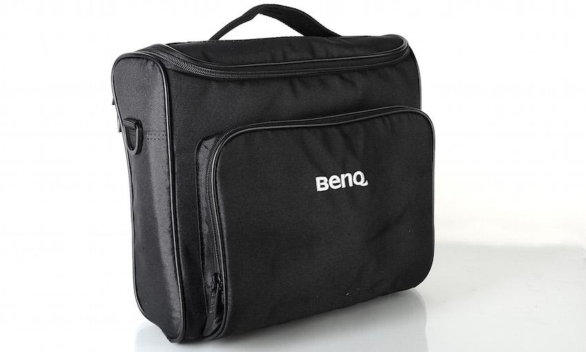 Die elegante schwarze Tasche gehört zum Lieferumfang. Sie schützt den BenQ TH682ST zuverlässig beim Transport.