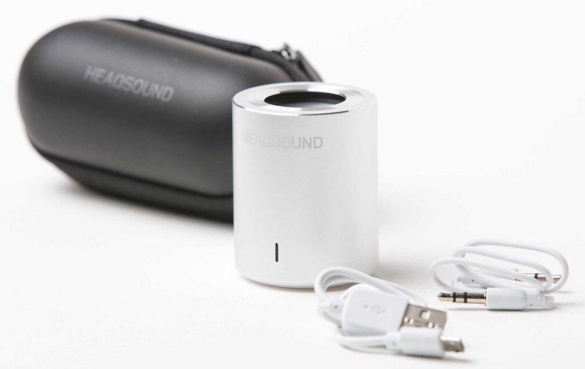 Zum Lieferumfang des Tube gehören je ein AUX- und USB-Kabel sowie ein Transportetui.