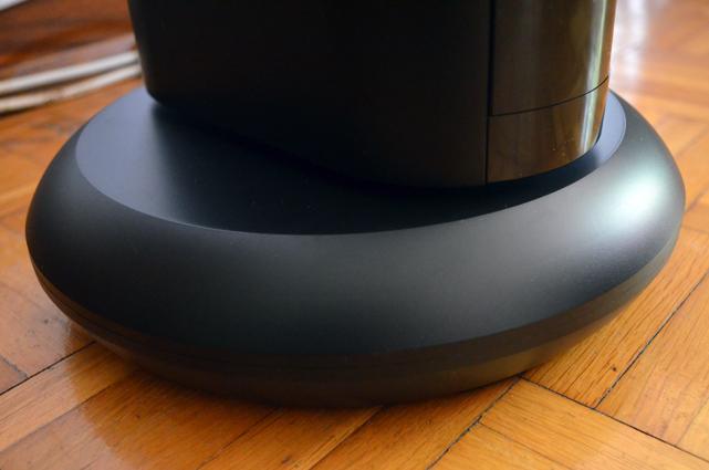 Der runde Standfuß ist mit vier rutschtfesten Gummifüßen ausgestattet.