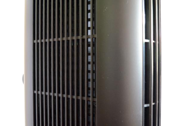 Am seitlichen Lufteinlass wird die Raumluft gefiltert, bevor sie durch das Gitter in der Front wieder herausgepustet wird.
