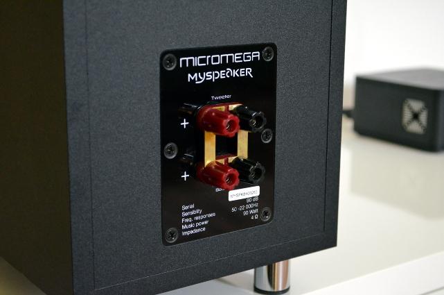 Die Anschlussklemmen auf der Rückseite erlauben auch getrennte Verkabelung für Hoch- und Tiefmitteltöner.