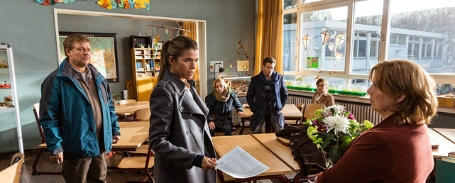 Anke Engelke tut sich dabei als eiskalte und arrogante Wortführerin der Elternschaft hervor. (© Constantin Film)