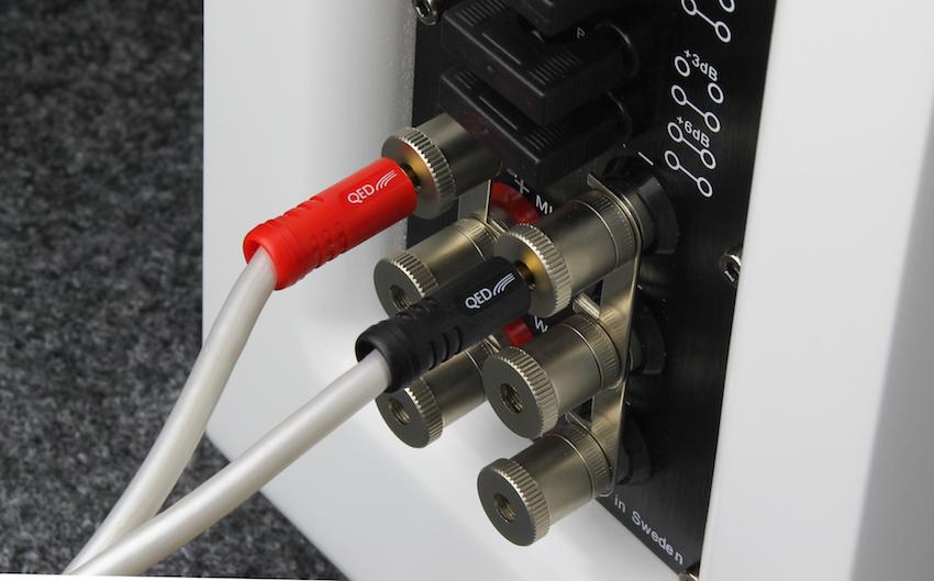 """Im """"Normalfall"""" wird die 99.36 FLR mit einem Lautsprecherkabel verbunden. Wichtig: Jetzt müssen die Brücken montiert sein."""
