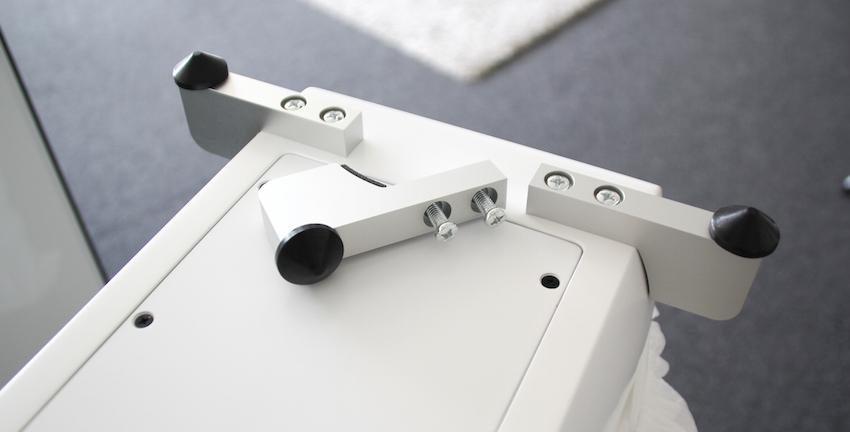 Bevor es losgeht, muss die Box zunächst auf den Kopf gestellt werden. Sind die Traversenfüße montiert, kann die Hörsession auch schon beginnen. Tipp: Bewegen Sie die 99.36 FLR immer zu zweit.