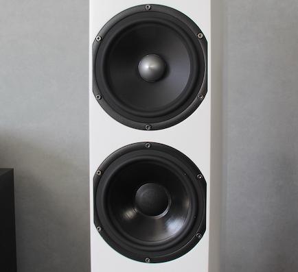Mittel- und Tieftöner: Im Durchmesser identisch, im Aufbau für ihren jeweiligen Einsatzzweck spezialisiert.