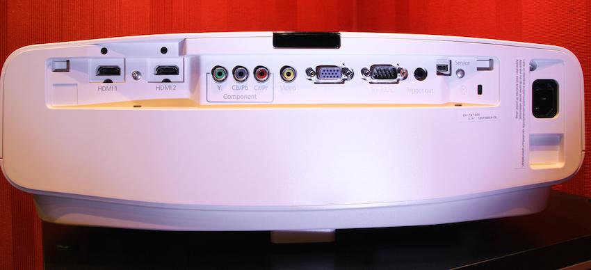 Anschlussvielfalt: Der Epson EH-TW7200 bietet digitale wie analoge Zugänge. Selbst der PC oder der alte Videorekorder kann direkt angeschlossen werden.