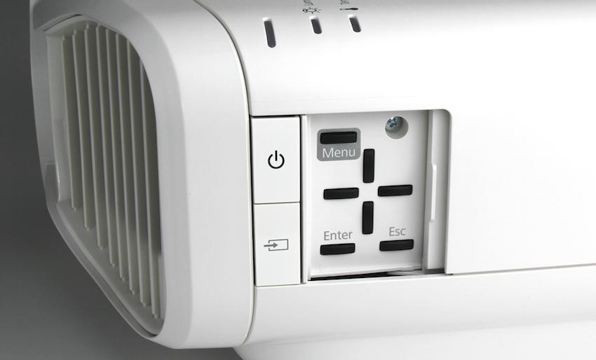 Sämtliche Einstellparameter können auch ohne Fernbedienung direkt am Gerät vorgenommen werden. Die entsprechenden Bedientasten finden sich hinter einer kleinen Klappe in der rechten Seitenwand.