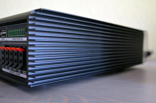 Die seitliche Lamellenoptik des Aluminiumgehäuses sorgen für einen interessanten Stil.