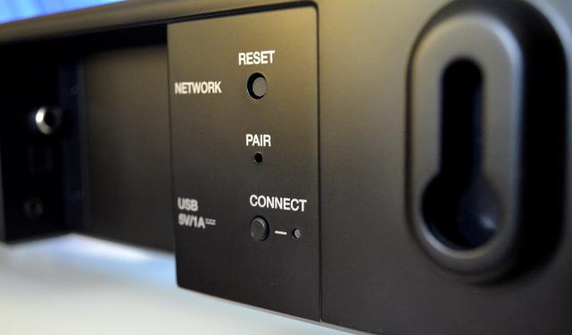 Die Soundbar eignet sich auch zur Wandmontage, die Aufhängung ist direkt integriert.