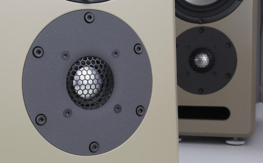 der 29Millimeter durchmessende Hochtöner mit leichtem Hornvorsatz und starkem Magnetsystem ist für Dynamik und Detailfreude verantwortlich.