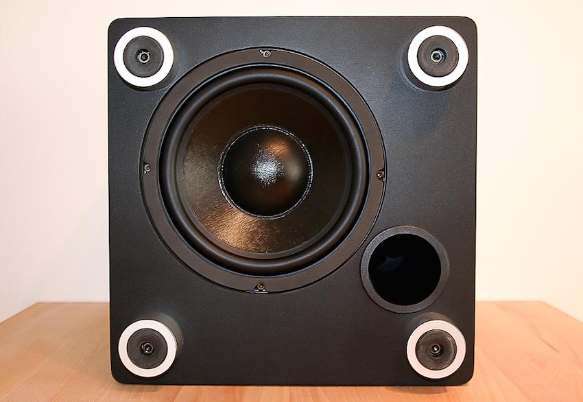 Das Geheimnis der Bass-Power: Der 200-MIllimeter-Tieftöner bringt die Wohnung zum Beben. Wirklich beeindruckend!
