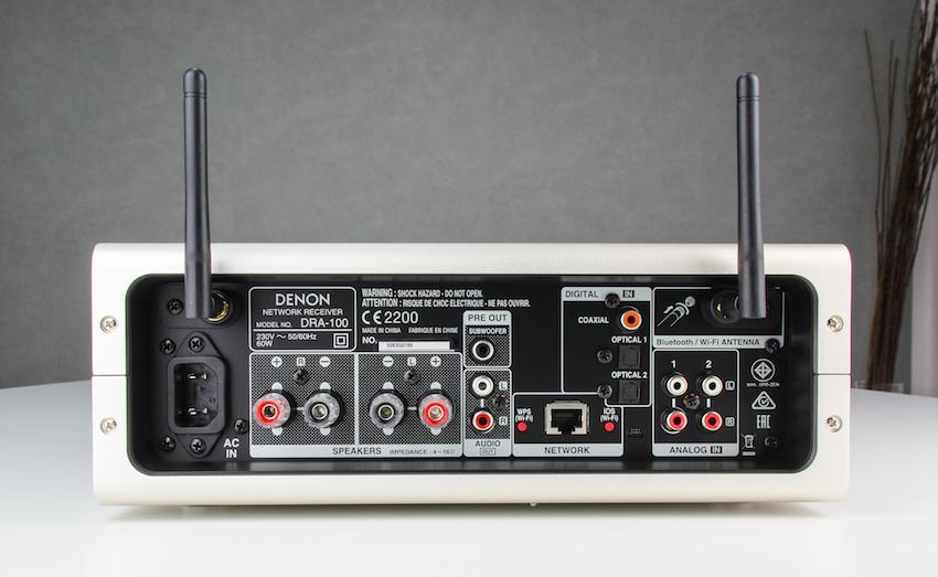 Anschlussfreudig: Neben klassischen Analog- und Digitaleingängen stellt der Denon auch einen Ethernet-Port sowie einen Subdoofer-Ausgang bereit.