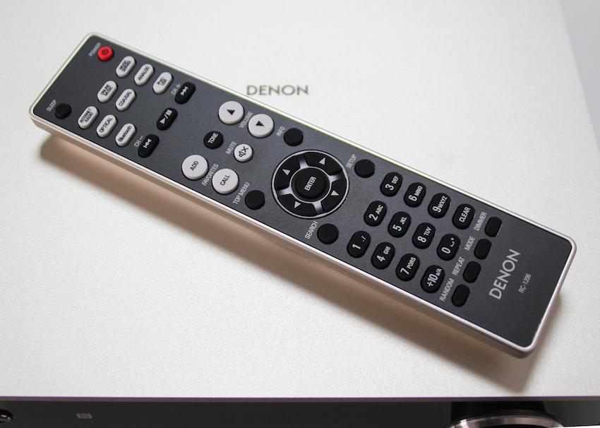 Mittels der übersichtlich gestalteten Fernbedienung lässt sich der DRA-100 bequem vom Sofa aus befehligen.