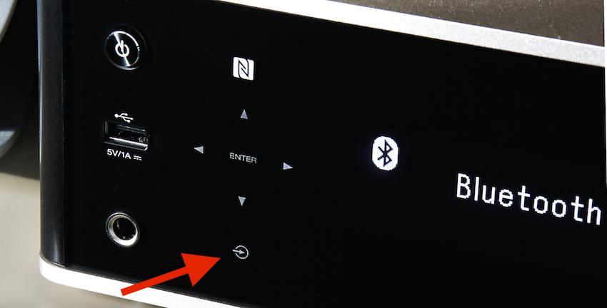 Die Quellenwahl kann auch vollumfänglich am Gerät erfolgen. Dazu wird mit dem Finger einfach das kleine Quell-Symbol in der Front berührt und schon werden die zur Auswahl stehenden Möglichkeiten im Display angezeigt.
