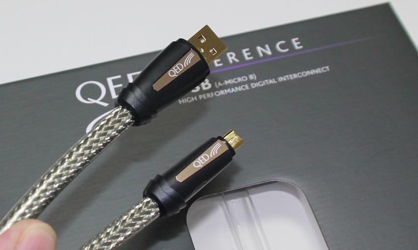 Da das mitgelieferte USB-Kabel für den stationären Einsatz schnell zu kurz ist, empfiehlt sich der Zukauf eines hochwertigen USB-Kabels. In unserem Test erwies uns das QED Reference USB in 0,6 Metern Länge sehr gute Dienste.