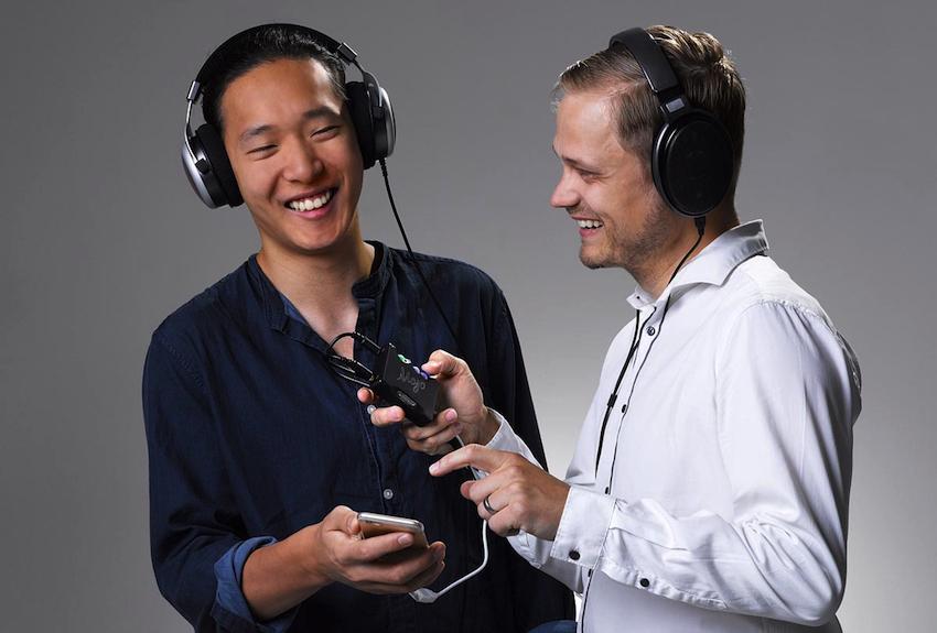 Der Mojo bietet gleich zwei Kopfhörerausgänge, die natürlich parallel genutzt werden können.