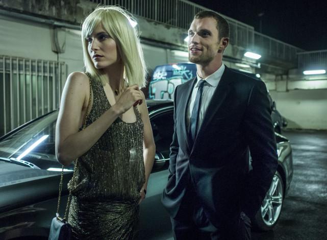 Neueste Klientin: die hübsche Anna (Loan Chabanol) bittet Frank um Unterstützung. (© Universum Film)
