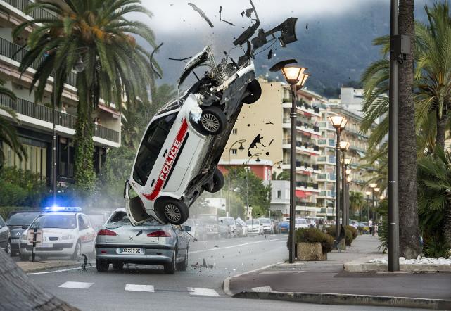Und auch die Polizei hat sich an seine Fersen beziehungsweise Stoßstange geheftet - mehr oder weniger erfolgreich. (© Universum Film)